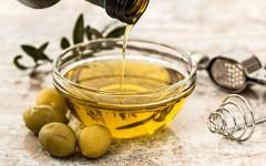 Olivový olej je vhodný do studené i teplé kuchyně.